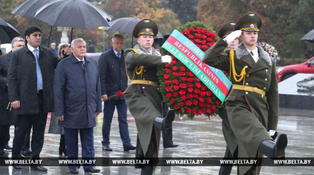 Председатель Милли Меджлиса Азербайджана возложил венок к монументу Победы в Минске