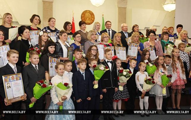 Ордена Матери и премии им.Туснолобовой-Марченко вручили многодетным женщинам Витебской области