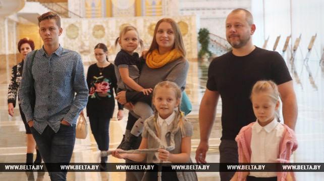 Для многодетных матерей провели экскурсию во Дворце Независимости