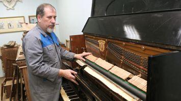 Пианино XIX века передано в дар музею Гомельского дворцово-паркового ансамбля