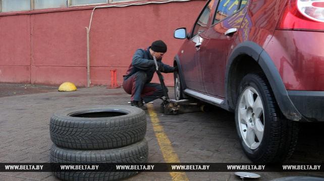 Автомобилисты начали менять летние шины на зимние