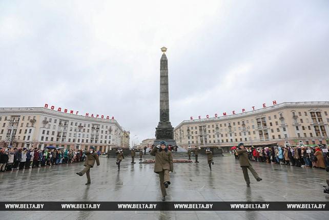Участники школьной олимпиады Союзного государства возложили цветы к монументу Победы в Минске
