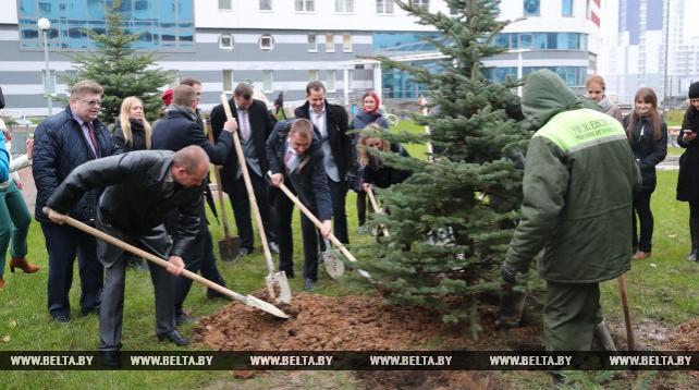 Участники Всемирного фестиваля молодежи создали памятную площадку во дворике общежития МГЛУ