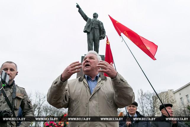В Бресте возложили цветы и венки к памятнику Ленину