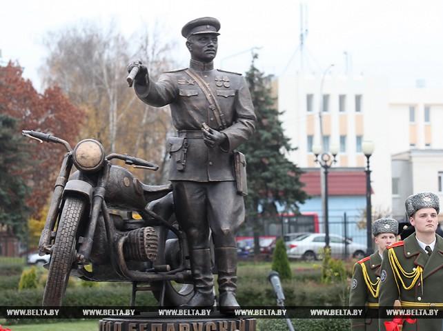 Памятный знак в честь 100-летия белорусской милиции открылся в Гомеле