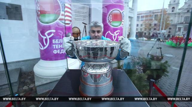 Главный трофей Кубка Федерации по теннису выставили у городской ратуши в Минске