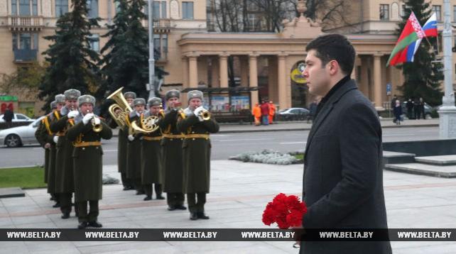 Губернатор Калининградской области возложил венок к монументу Победы в Минске