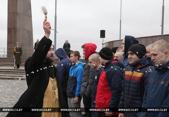 Церемония отправки призывников прошла на площади Славы в Могилеве