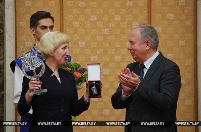 Василий Жарко вручил большого Хрустального журавля и ключи от автомобиля учителю года