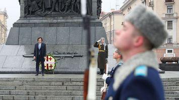 Председатель парламента Грузии возложил венок к монументу Победы в Минске