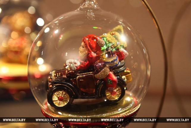 Самая большая в Беларуси коллекция елочных украшений представлена на выставке в Гомеле
