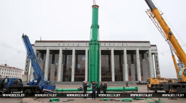 На Октябрьской площади в Минске начался монтаж главной елки Беларуси