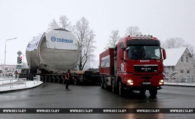 Крупногабаритный автопоезд с оборудованием для БелАЭС едет по Городокскому району