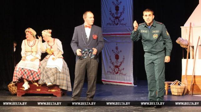 Пожарные-спасатели предстали в роли актеров на сцене Гомельского драмтеатра
