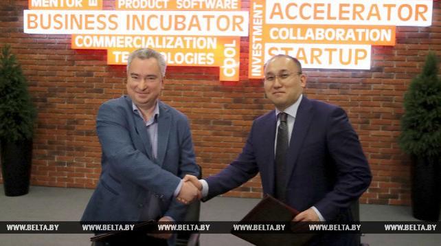 Директор ПВТ Янчевский и министр информации и коммуникаций Казахстана Абаев подписали соглашение о сотрудничестве в сфере IT