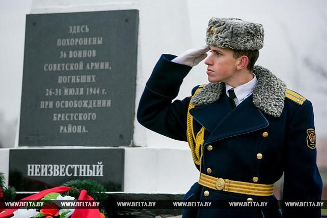 Останки солдата ВОВ торжественно захоронили в д.Знаменка