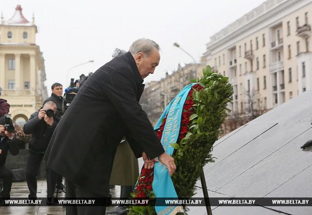 Назарбаев возложил венок к монументу Победы в Минске