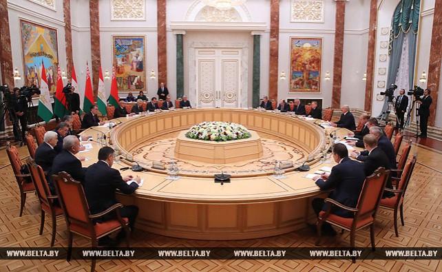 Лукашенко провел переговоры в расширенном составе с Президентом Таджикистана