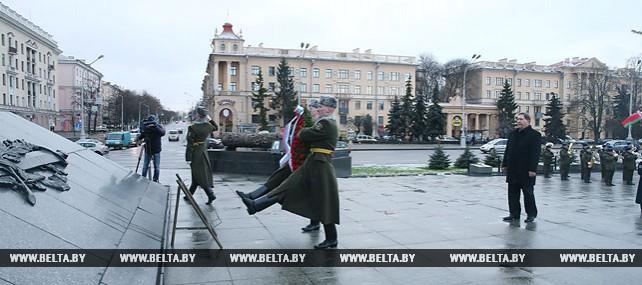 Губернатор Курской области возложил венок к монументу Победы в Минске
