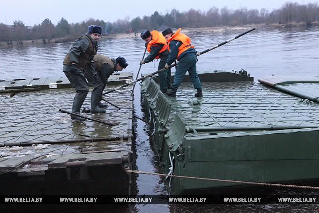 Сводный отряд МЧС и Вооруженных Сил приступил к наведению понтонного моста через Припять