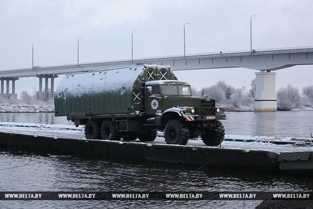 Открыто движение транспорта по понтонному мосту через Припять в районе Житковичей