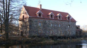 Под Лидой восстановили старинную мельницу с протекающей в подвале рекой
