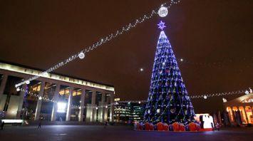 Зажглась новогодняя елка возле Дворца Республики