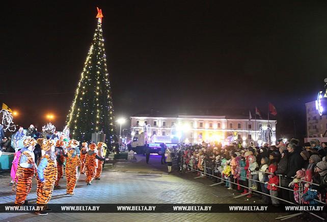 В Могилеве состоялась церемония зажжения огней на главной елке города