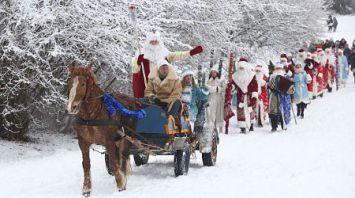 Шествием Дедов Морозов открылся сезон зимних развлечений на Августовском канале
