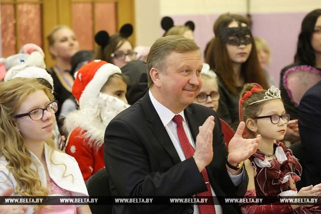 Кобяков вручил новогодние подарки ученикам Молодечненской школы-интерната