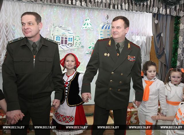 Равков вручил новогодние подарки воспитанникам Андреевского детского дома в Оршанском районе