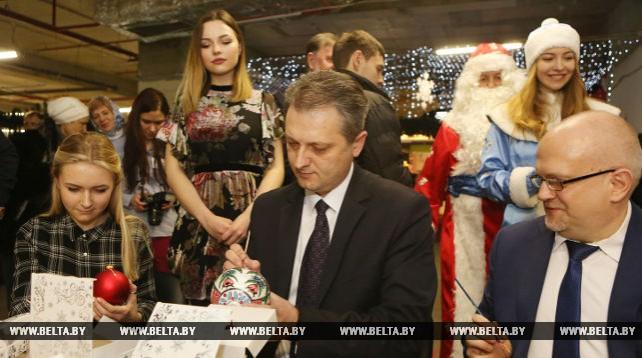 В Минске расписали елочные шары для детдомов