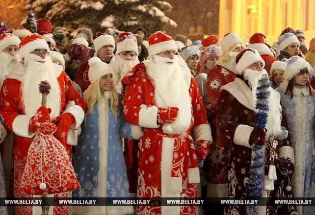 Около 1,5 тыс. участников собрало праздничное шествие Дедов Морозов в Витебске