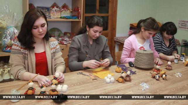 Более пятисот новогодних украшений изготовили учащиеся могилевского колледжа
