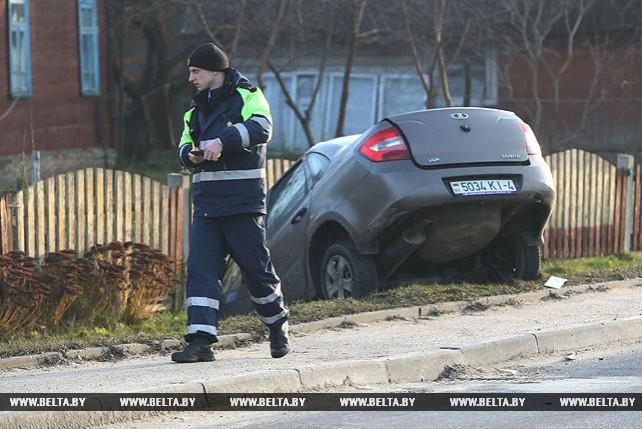 В результате ДТП в Гродно легковой автомобиль попал в придорожный ров