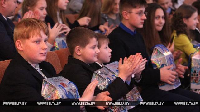 Около 500 детей получили сладкие подарки на губернаторской елке в Могилеве