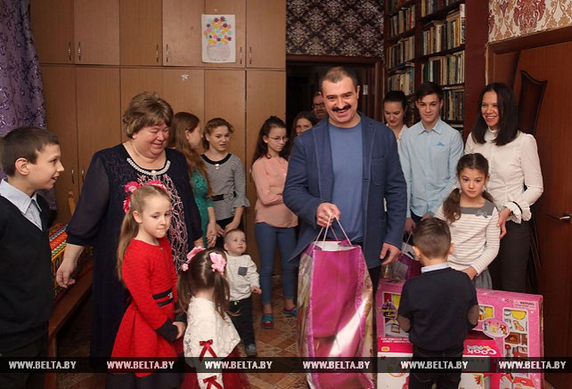Виктор Лукашенко поздравил многодетную семью в Кличеве с Новым годом