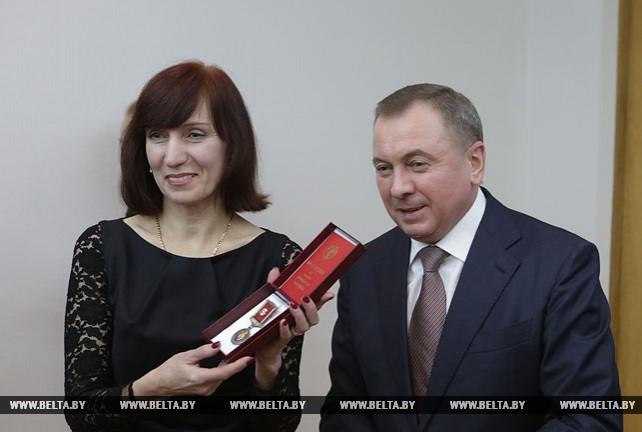 Макей вручил медаль Франциска Скорины директору Рижской белорусской школы