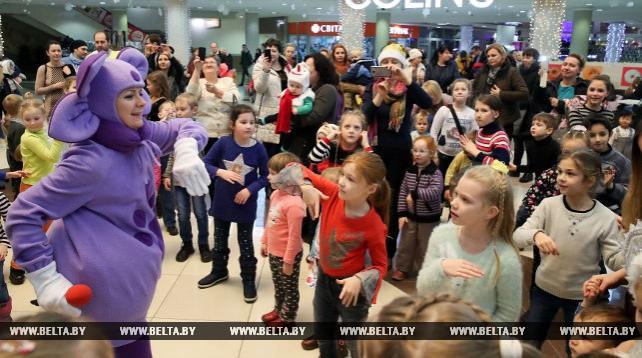 """Новогодняя развлекательная программа для детей прошла в ТЦ """"Столица"""""""