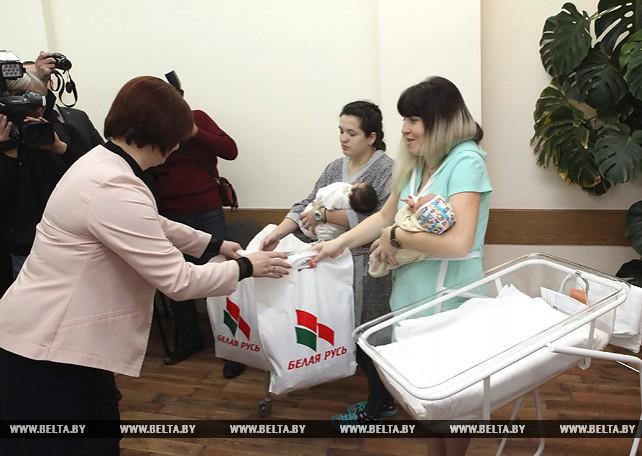 """Активисты """"Белой Руси"""" поздравили в роддомах Гомеля женщин, ставших мамами 1 января"""
