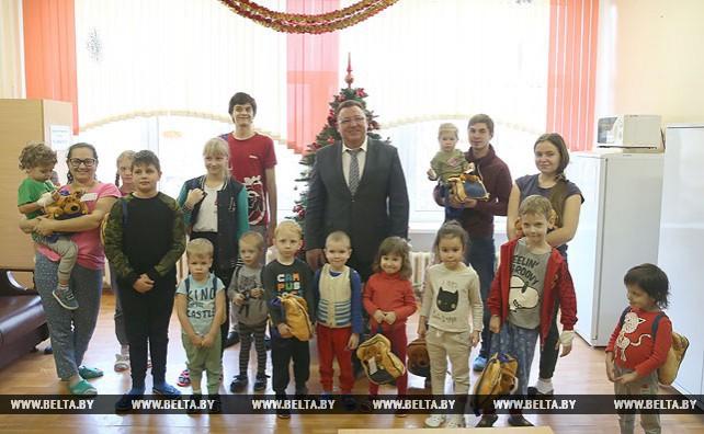 Новогодние подарки от Президента вручены пациентам 3-й детской больницы Минска
