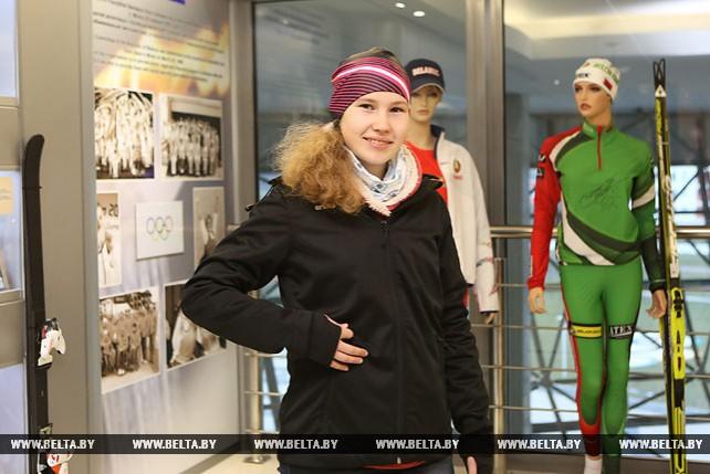 Девочке из многодетной семьи вручили в НОК комплект лыжной экипировки