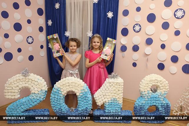 Новогодние подарки от Президента получили дети из гомельской школы для учащихся с нарушением слуха
