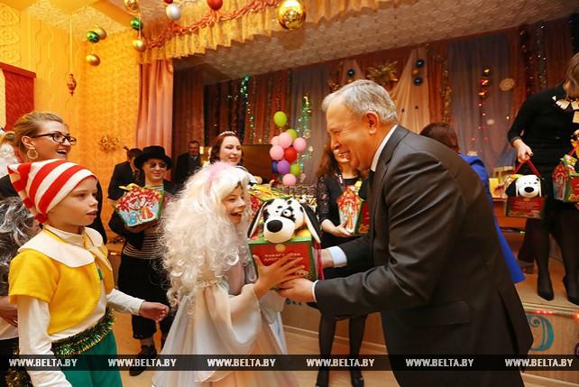 Василий Жарко приехал в Руденскую школу-интернат с новогодними подарками от Президента