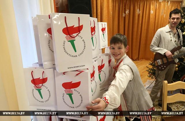 Участники Рождественского турнира по хоккею вручили подарки воспитанникам минского детдома №5