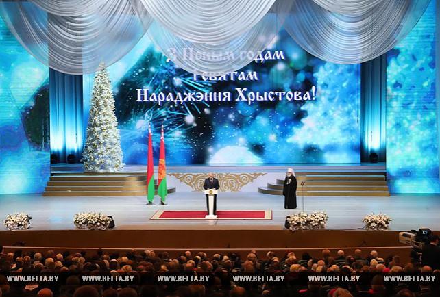 """Лукашенко вручил премии """"За духовное возрождение"""" и спецпремии 2017 года"""