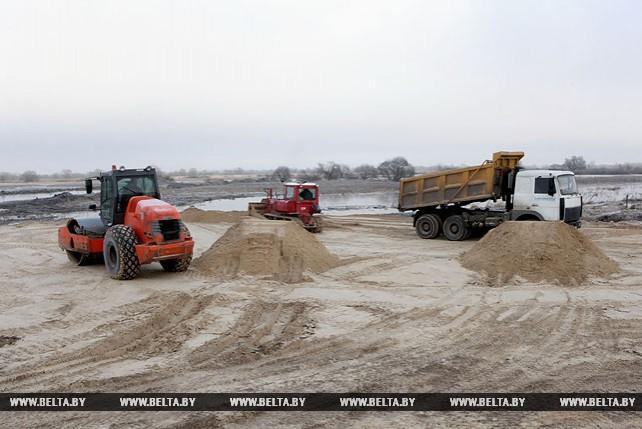 Более 60 единиц автомобильной техники ежедневно выходит на отсыпку дамбы через реку Припять
