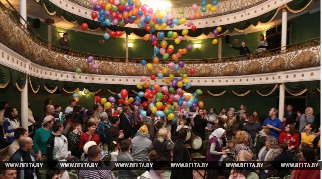 В Гродненском областном театре кукол прошла благотворительная елка для детей с ограниченными возможностями