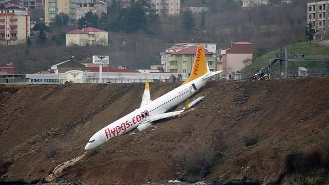 Самолет скатился с обрыва возле аэропорта турецкого города Трабзон