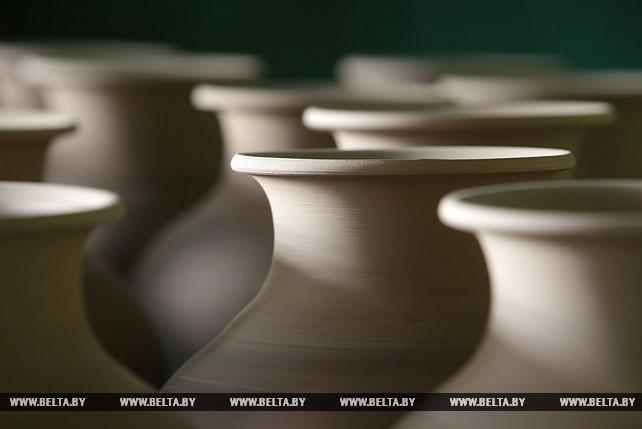 Более 60 лет работает завод художественной керамики в Ивенце